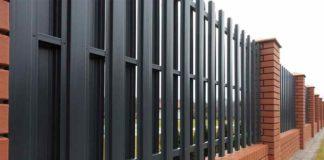 Как установить металлический забор
