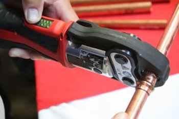 Вспомогательный инструмент для соединения труб